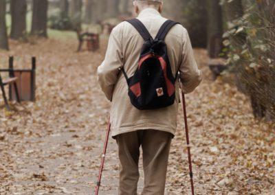 Homme âgé qui marche